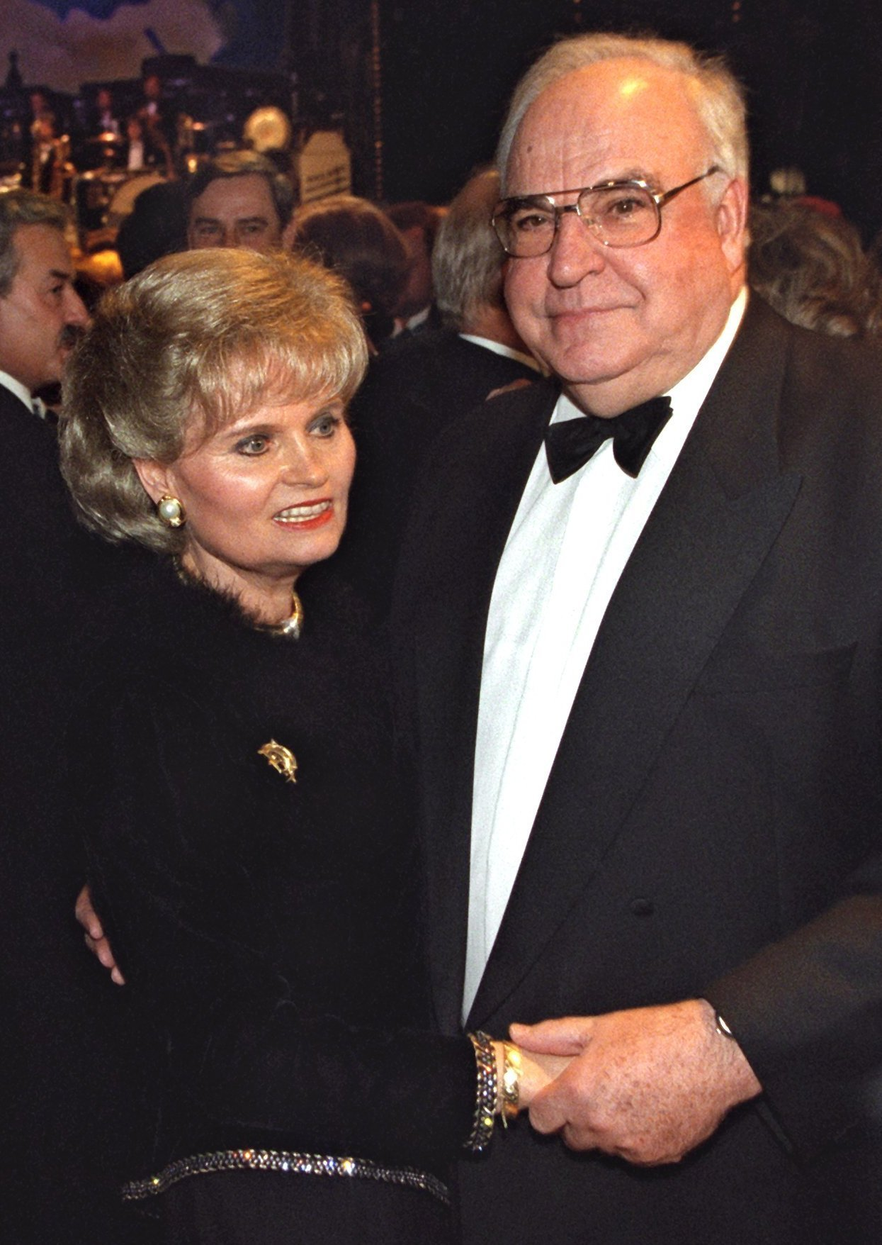 FKM17 - 19971114 - MAINZ, GERMANY : (FILES) A file photo dated 14 November 1997 of former German chancellor Helmut Kohl (R) with his wife Hannelore during a ball in Mainz. Hannelore Kohl, 68, was found dead 05 July 2001 at the Kohls home in Ludwigshafen, close to Frankfurt.   EPA PHOTO            DPA FILES/GERO BRELOER