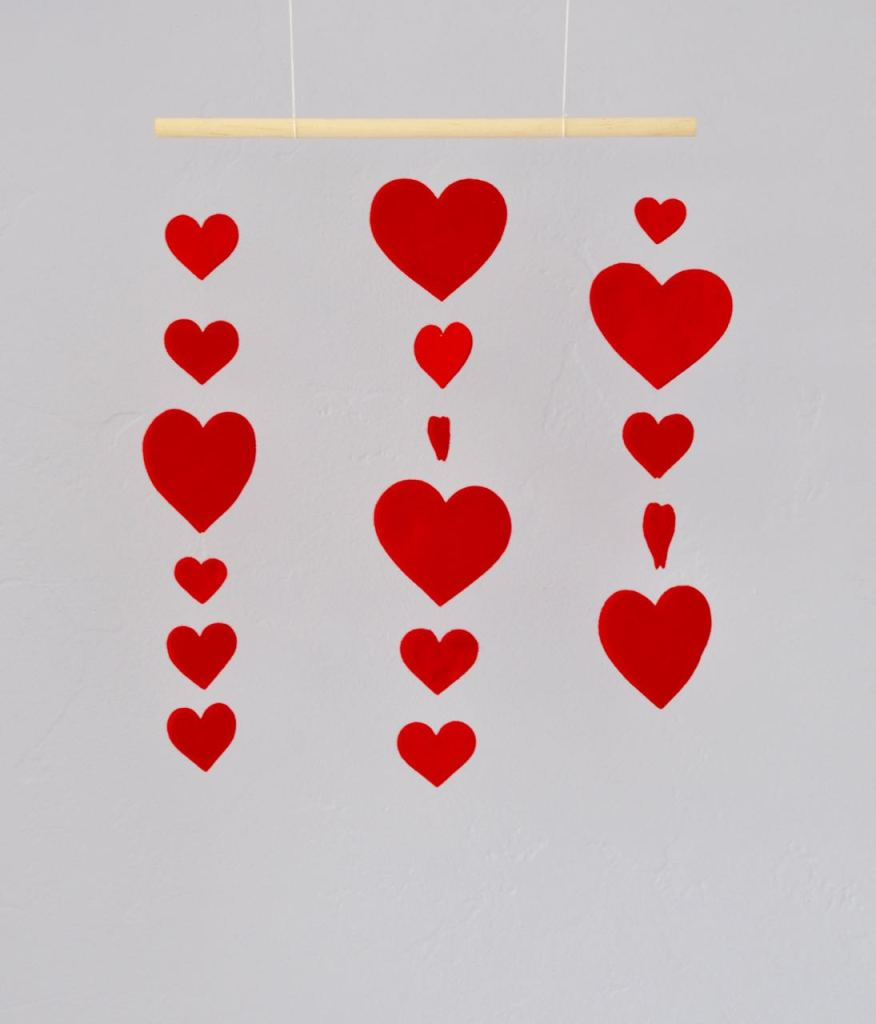 Valentine's Day heart mobile tutorial. Such a cute way to decorate for the holiday!