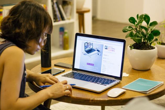 girl sit at a desk with a laptop