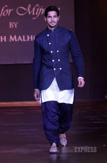 men Jutis With Indian Ethnic Wear (2).jpg
