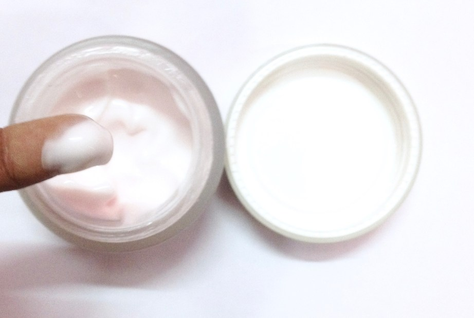 Lotus Herbals Nutramoist Skin Renewal Daily Moisturising Creme SPF 25 Review swatch