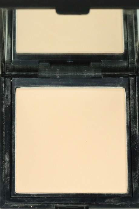 Nykaa SKINgenius Skin Perfecting & Hydrating Compact Review, Shades, Swatches closeup