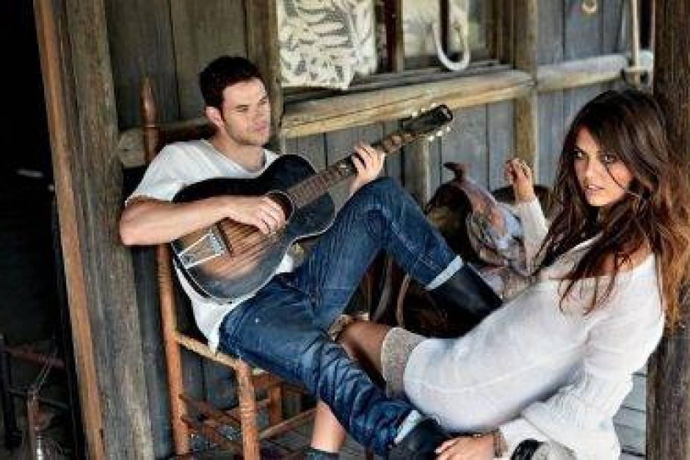 kellan_lutz_brunette_guitar_girl_home_play_model_boyfriend_saddle_hut_31371_3840x2400