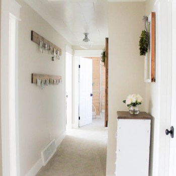 Easy ways to add some charm and character to create a beautiful farmhouse style hallway space. | www.makingitinthemountains.com