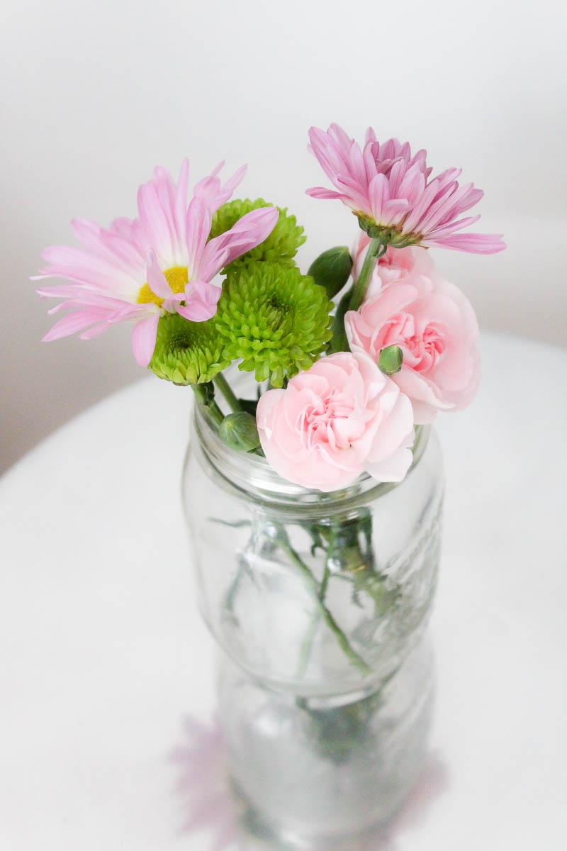 10 minute decorating 5 mason jar flower arrangements for How to arrange flowers in mason jar