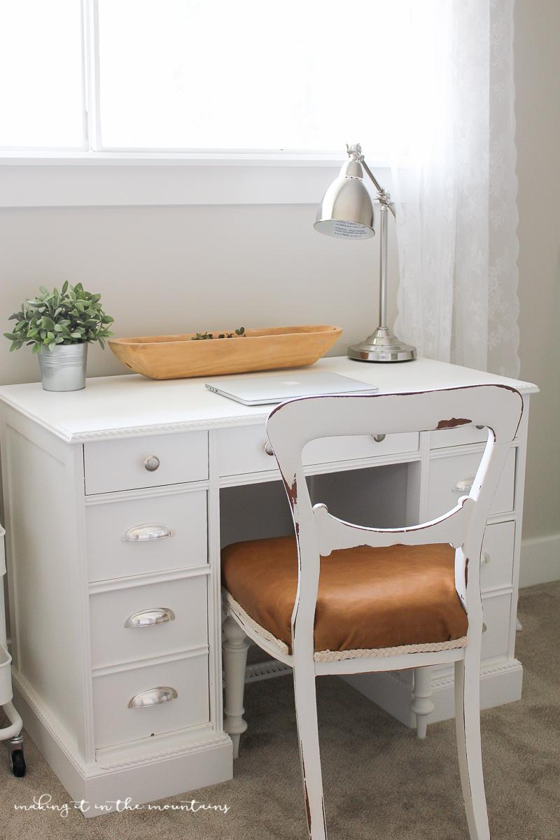 Farmhouse Style Leather Chair | www.makingitinthemountains.com