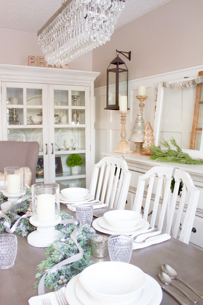This farmhouse Christmas Dining Room looks so perfectly cozy for the holidays! | www.makingitinthemountains.com