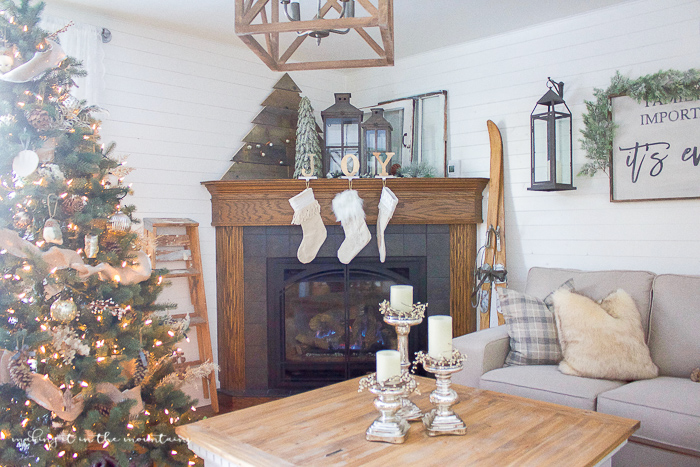 farmhouse-christmas-family-room-17
