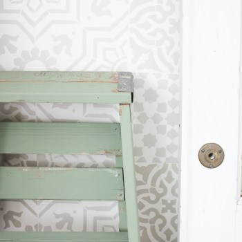 This vintage painted ladder is SO full of charm and, whether as a plant stand, night table or blanket ladder, there are truly so, so many ways to put it to work!   www.makingitinthemountains.com