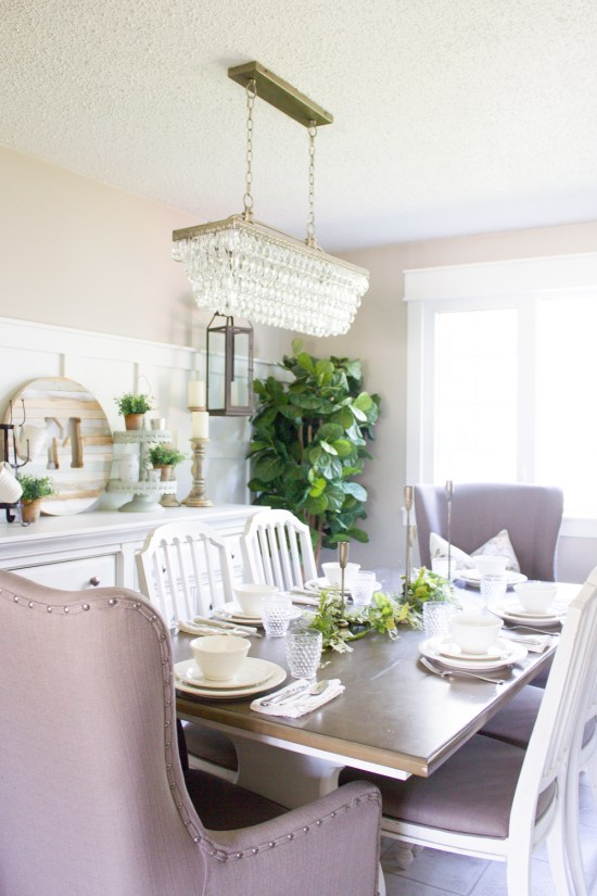 This farmhouse Summer tablescape took just minutes to create and makes for the perfect backdrop for your Summer dining! www.makingitinthemountains.com