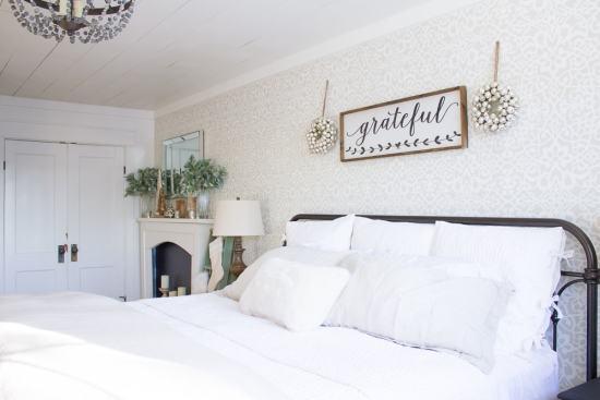 A cozy farmhouse Christmas master bedroom... www.makingitinthemountains.com