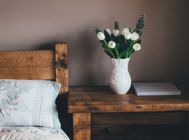 bedroom-decor-masculine-feminine-flowers-plant