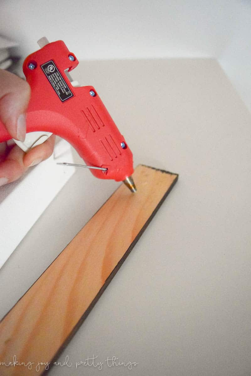 How to frame a canvas without power tools . Perfect for a gallery wall or picture collage.