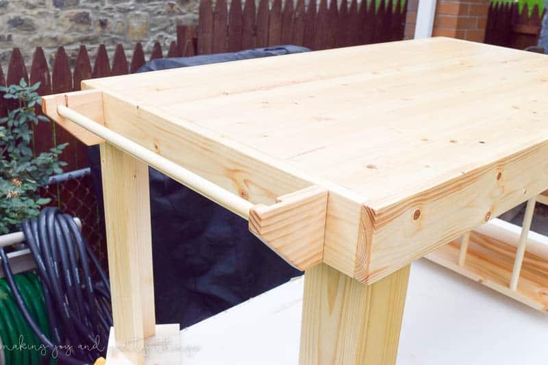 https://i1.wp.com/www.makingjoyandprettythings.com/wp-content/uploads/2016/11/DIY-kids-craft-table-12-1.jpg?resize=800%2C533