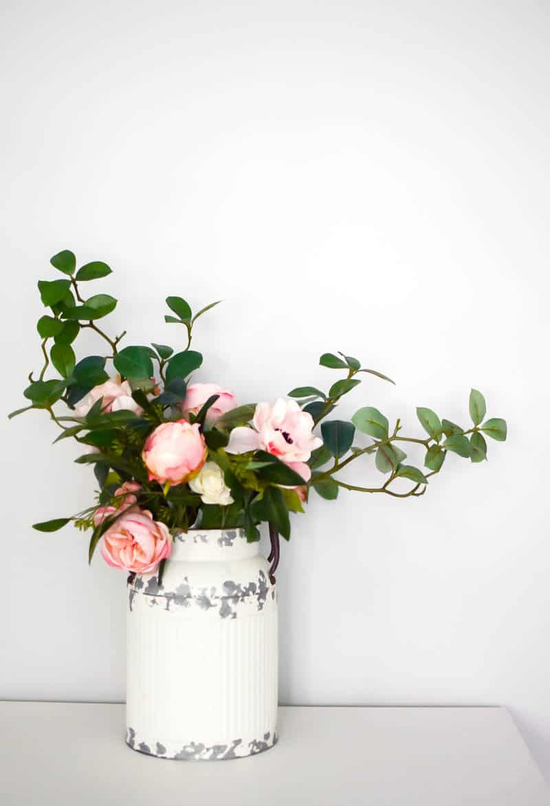 See how I made a simple flower arrangement that anyone can do themselves and paired it with a vintage farmhouse milk can for the perfect farmhouse style flower arrangement or centerpiece! farmhouse decor | farmhouse style | farmhouse flower arrangements | flower arrangements DIY | DIY centerpieces wedding | farmhouse style centerpiece