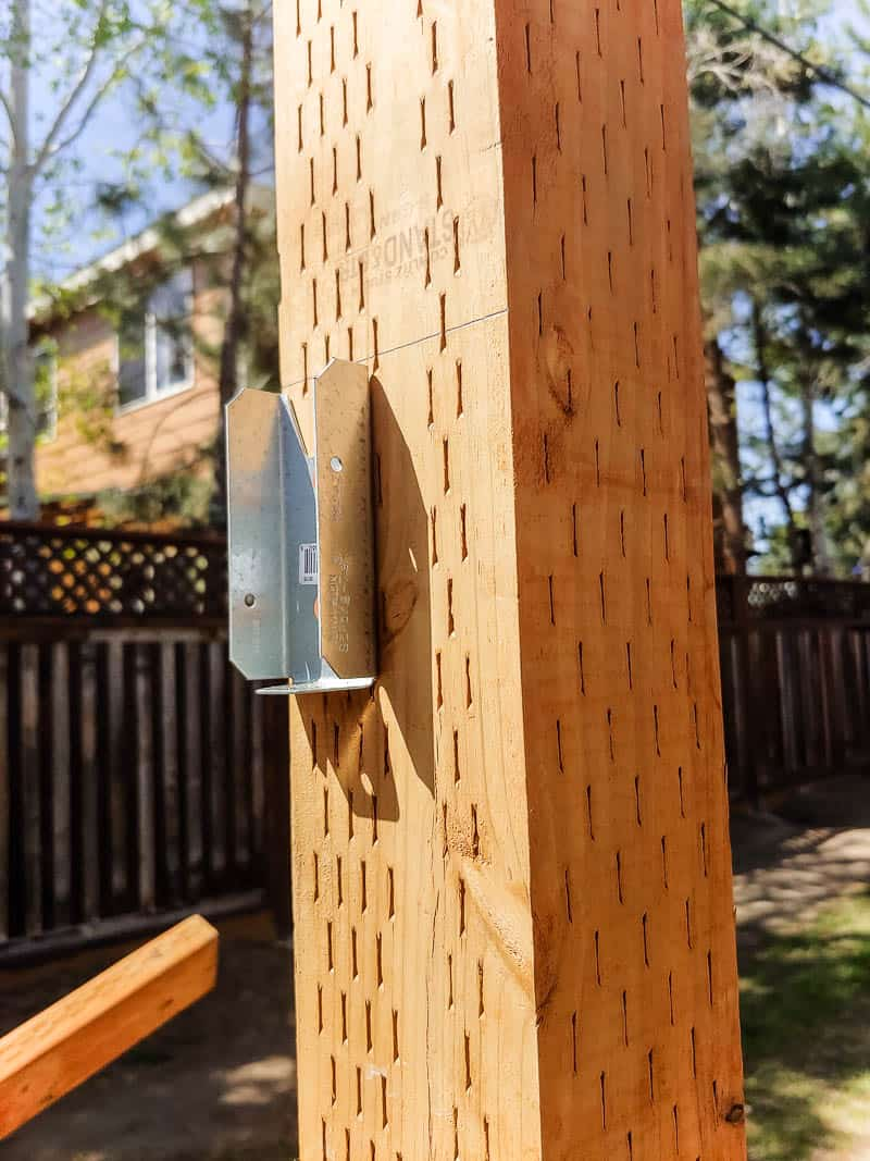 shows a metal mount for the horizontal planks