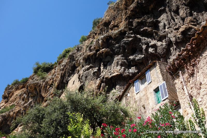 visiter la provence village provençale à voir cotignac maison troglodyte