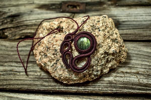 Colgante original de macrame con piedra labradorita