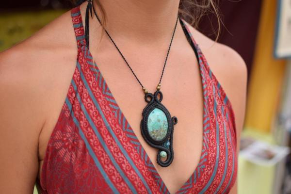 Collar original de macrame con piedra natural