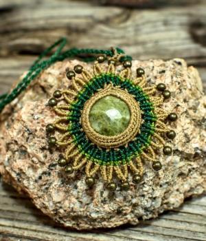 Collar mandala macrame con piedra semipreciosa Vesubianita