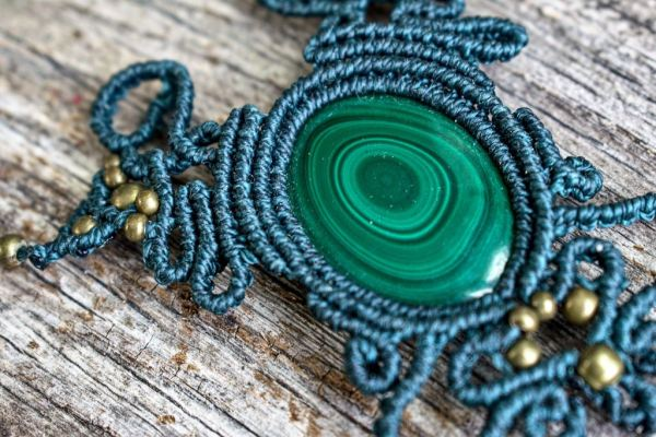 Collar de macrame con piedras de colores