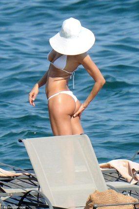Irina Shayk 2015 Temmuz Beyaz Bikinisiyle 3 - Irina Shayk (irina Şeyklislamova)