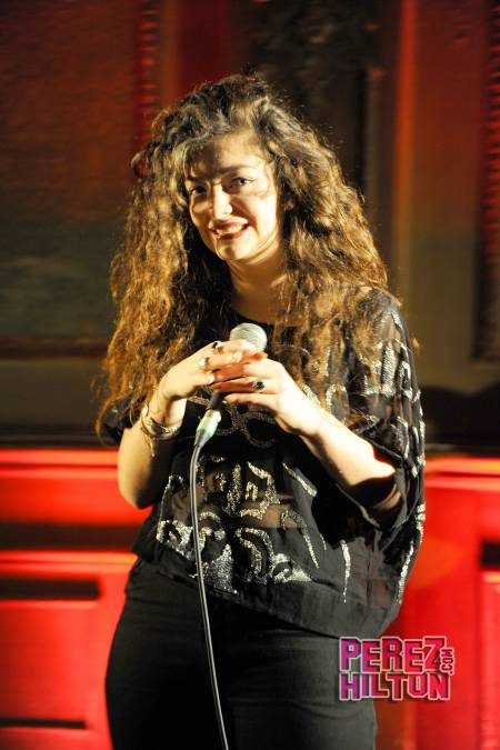 lorde-gives-us-a-smile(2)__oPt