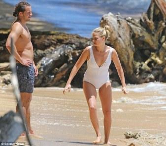 Margot-Robbie-Surf-Ogreniyor-5