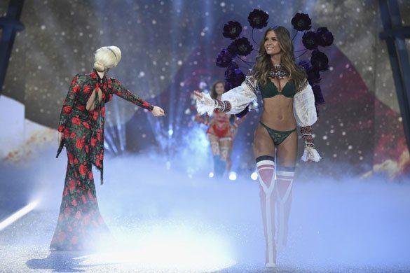 Victoria's Secret Meleklerinin Göz Kamaştıran 2016 Şovu!