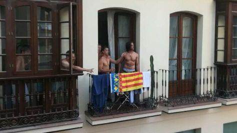 Uno de los grupos de jóvenes, con la bandera colgada en el balcón.