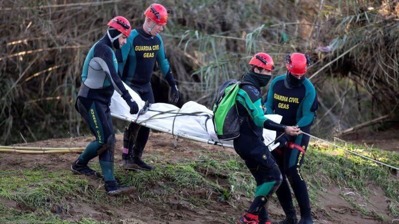Efectivos de la Guardia Civil rescatan uno de los cuerpos.