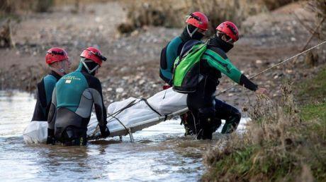 Efectivos de la Guardia Civil sacan del agua uno de los cadáveres.