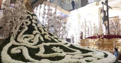 Miles de flores para el manto de la Virgen de las Penas de Málaga