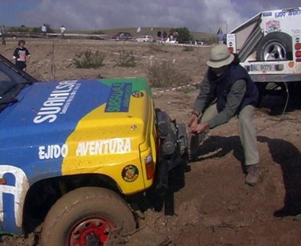 El equipo almeriense de Ejido Aventura intenta recuperar el Nissan Patrol GR tras disputar una prueba prólogo en la edición 2002 del Raid Maroc en Antequera.