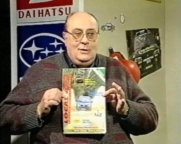 Francho, presentador y director del programa 340 Fórmula, muestra en pantalla el número especial de la Revista Local 4×4 dedicado a la edición del Dakar en enero de 1997.