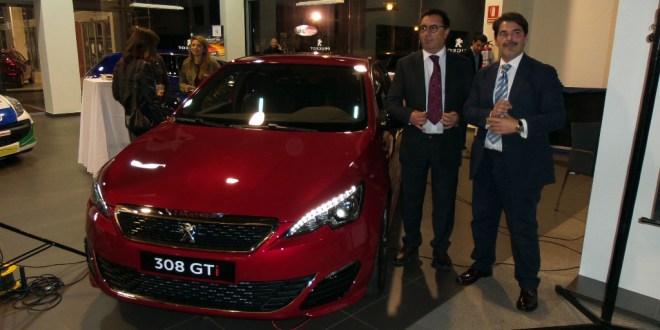 Manuel Vedia y Juan Carlos Molina junto al nuevo Peugeot 308 GTi