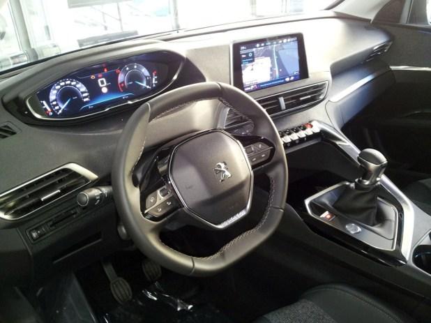 El interior del Peugeot 3008, de carácter compacto, resulta espectacular y con cierto aire futurista y deportivo.