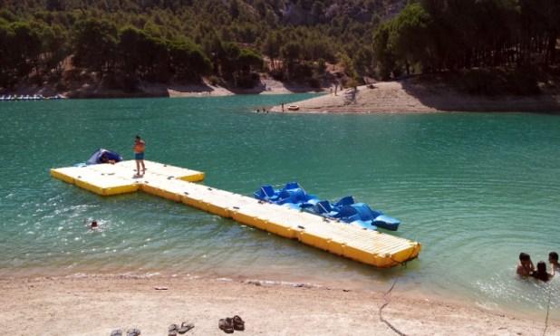 El Camping Parque Ardales dispone de una zona de baño donde la empresa Indian Sport alquila hidropedales y piraguas.