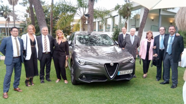 Representantes de Fimálaga junto a la prensa del motor de Málaga y el nuevo Alfa Romeo Stelvio.