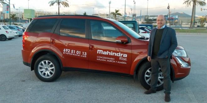 Manuel Cámara, gerente de Mahindra Málaga, junto al nuevo Mahindra XUV.