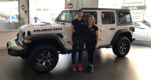 Vanesa y Elisabeth en las instalaciones de Jeep Fimálaga junto al nuevo Wrangler Rubicon.