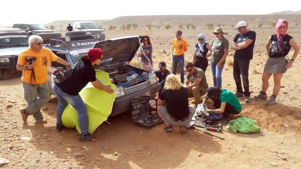 Participantes y organizadores solucionando una avería antes de continuar la ruta.