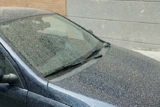 Coche tras lluvia de barro