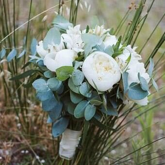 White and green birdal bouquet