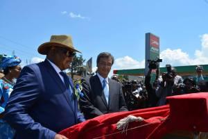 Mutharika, cutting the ribbon