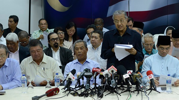 4th March 2016 Kuala Lumpur - Former prime minister Dr Mahathir Mohamad, ex-deputy prime minister Muhyiddin Yassin, DAP leader opposition party and NGOs signed a `citizen declaration` for removing Prime Minister Najib Abdul Razak