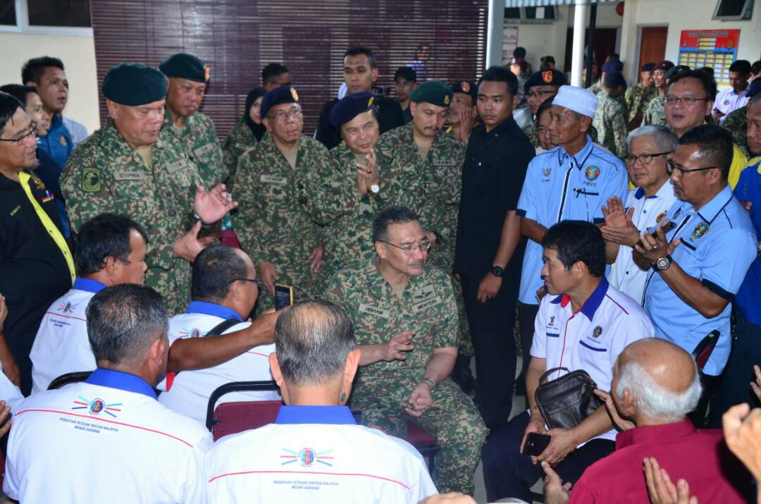 Meeting the community leaders and the representatives of the Malaysian Armed Forces Veteran Association at Pessentrean CampKuching Sarawak.