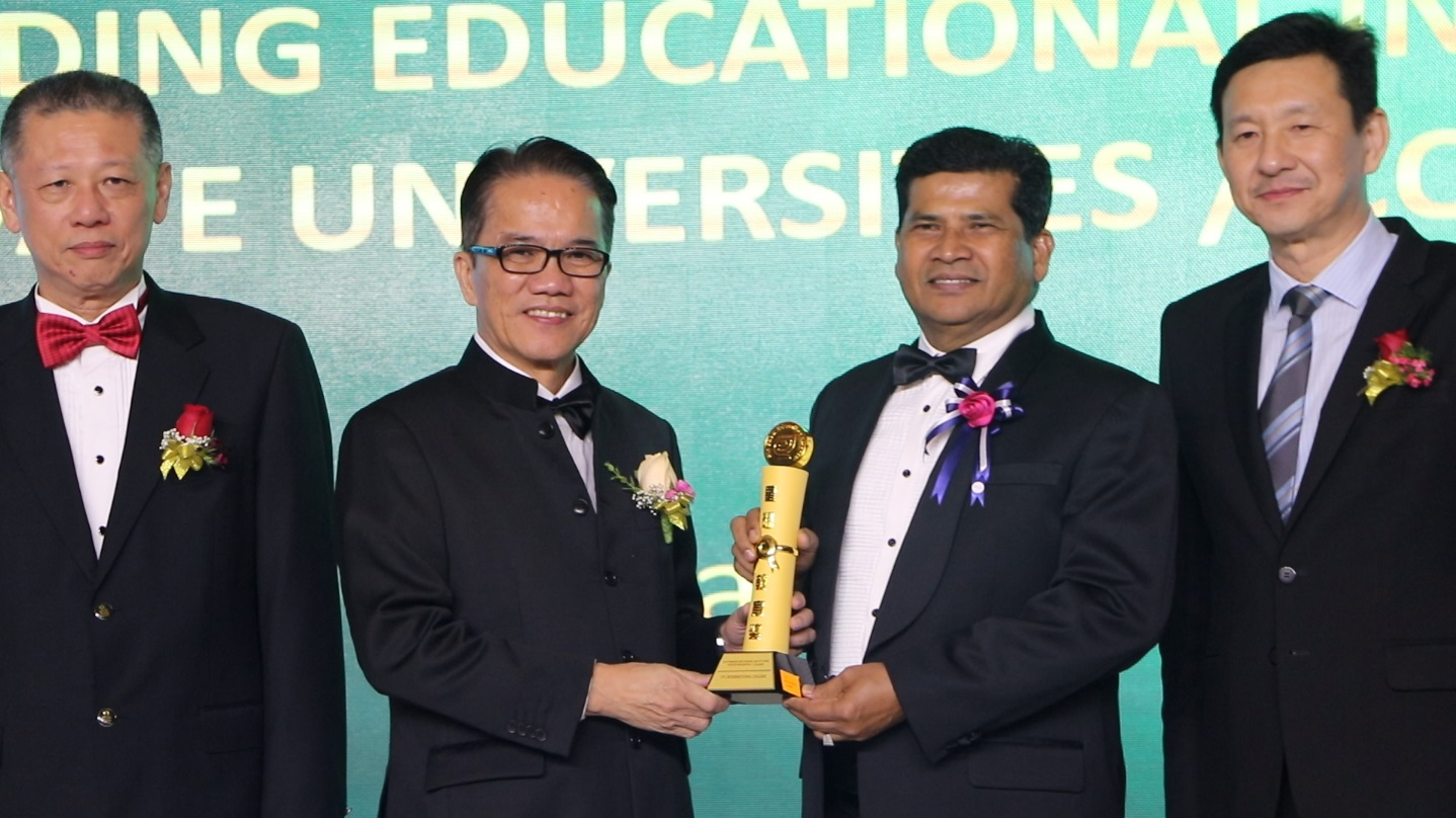 minister of law giving award to ypc datuk noel