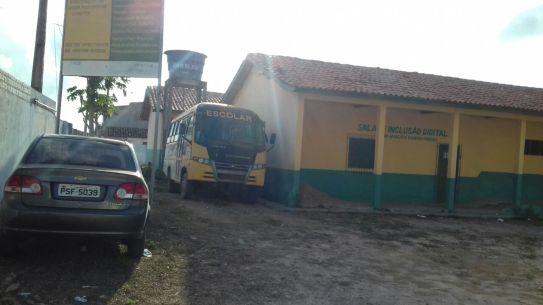 Ônibus escolar parado a semenas