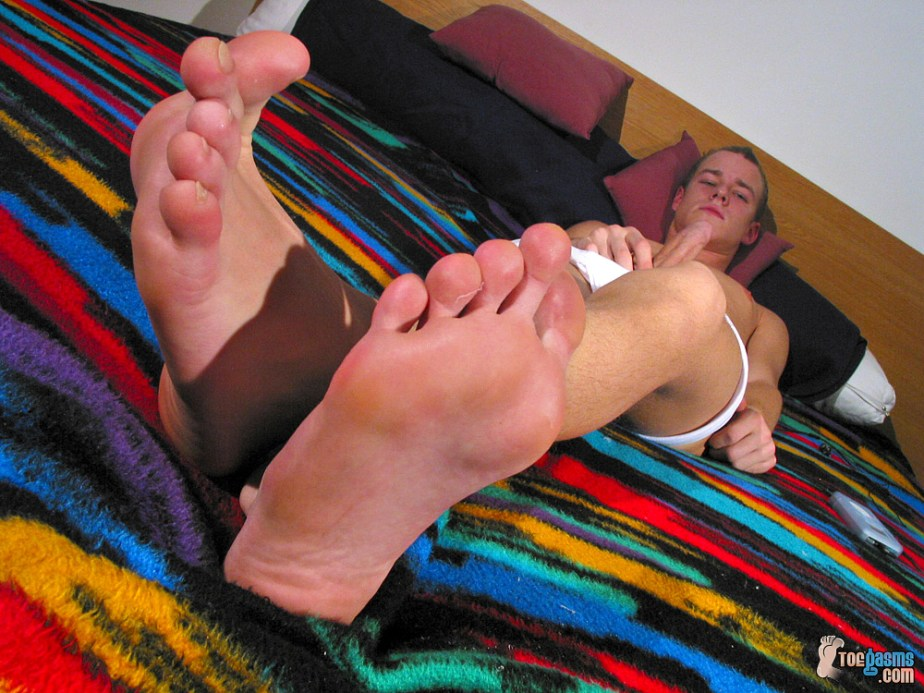 Lukas Cash puts his bare male soles up while he jerks off for Toegasms - male feet porn